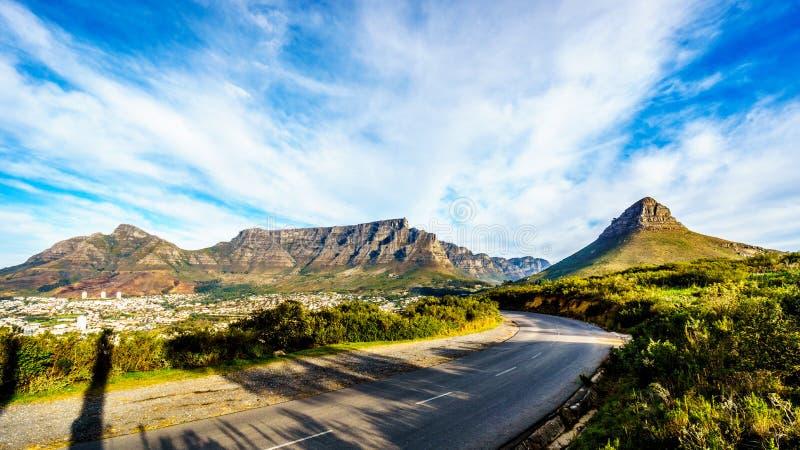 Sun que fija sobre Cape Town, montaña de la tabla, diablos enarbola, cabeza de los leones y los doce apóstoles imagenes de archivo