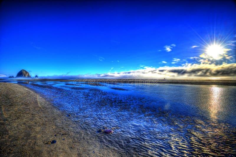 Sun que fija sobre el Pacífico de la costa de Oregon HDR foto de archivo