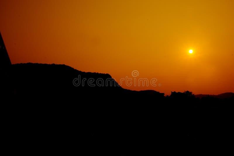 Sun que fija sobre las colinas foto de archivo libre de regalías