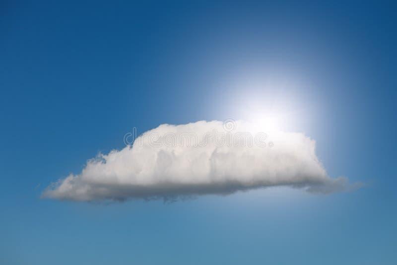 Sun que mira a escondidas hacia fuera detrás de una nube imagen de archivo