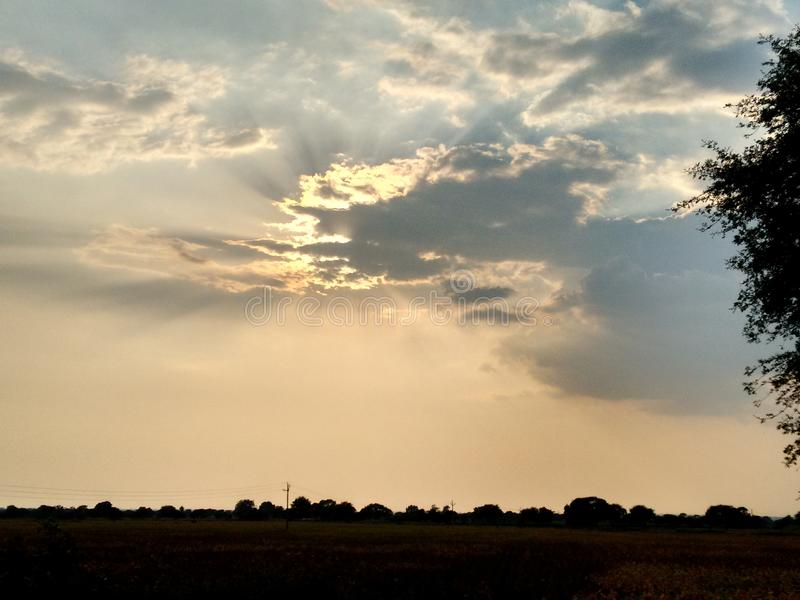 Sun que oculta detrás de las nubes fotografía de archivo libre de regalías