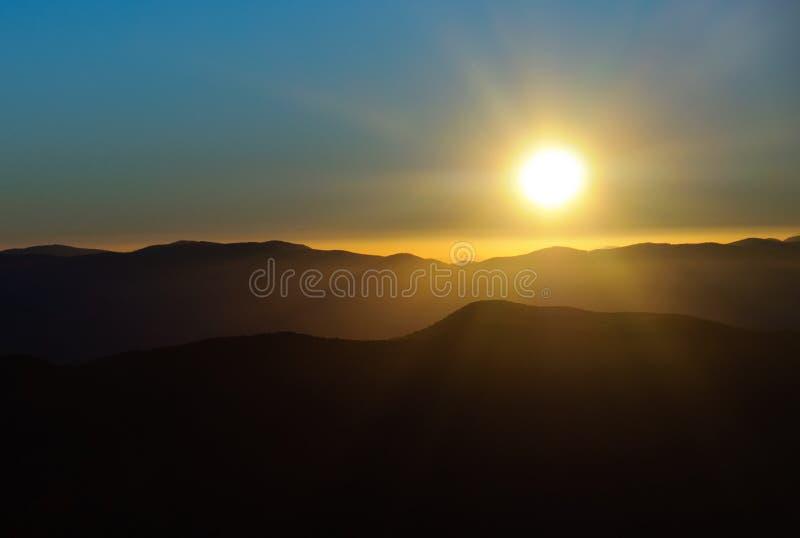 Sun que se levanta sobre las grandes montañas ahumadas fotos de archivo