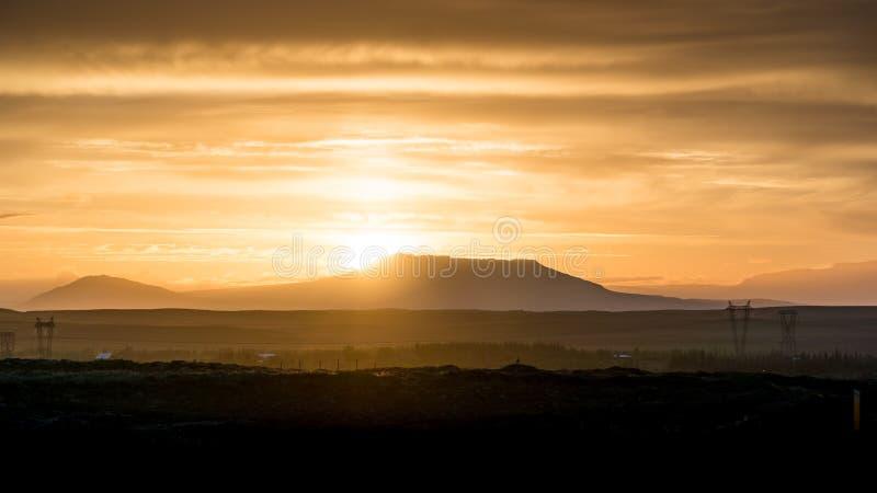 Sun que sube detrás de una montaña fotos de archivo