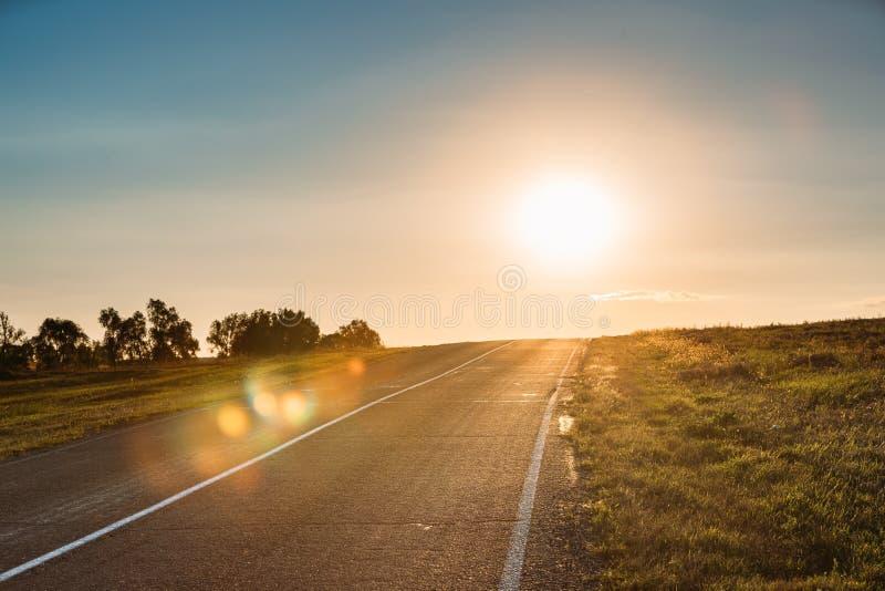 Sun que sube sobre Asphalt Country Open Road In Sunny Morning Or E imágenes de archivo libres de regalías