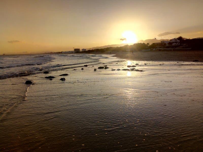 Sun que sube, vista del océano árabe, Muscat, Omán fotos de archivo
