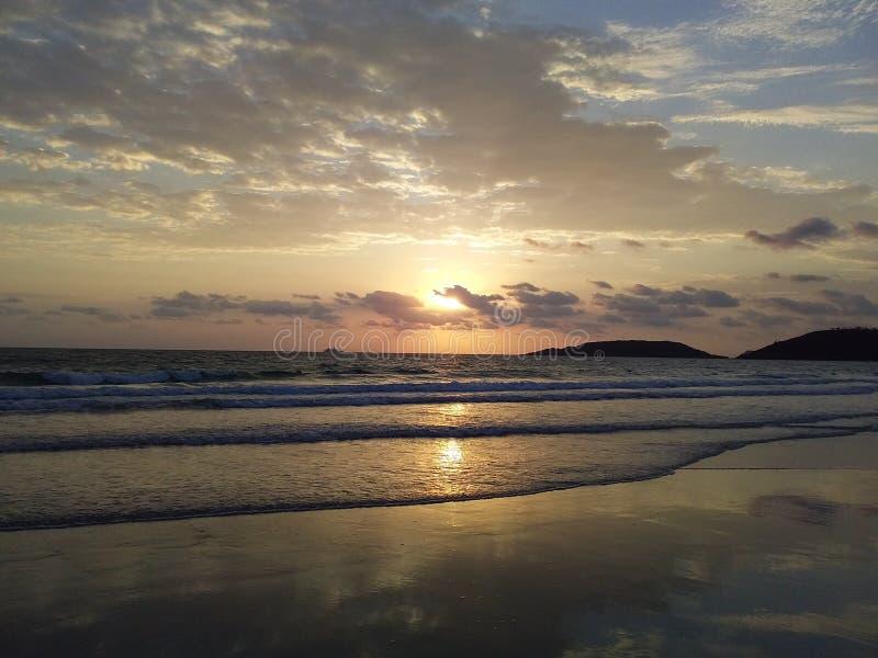 The Sun que va abajo foto de archivo