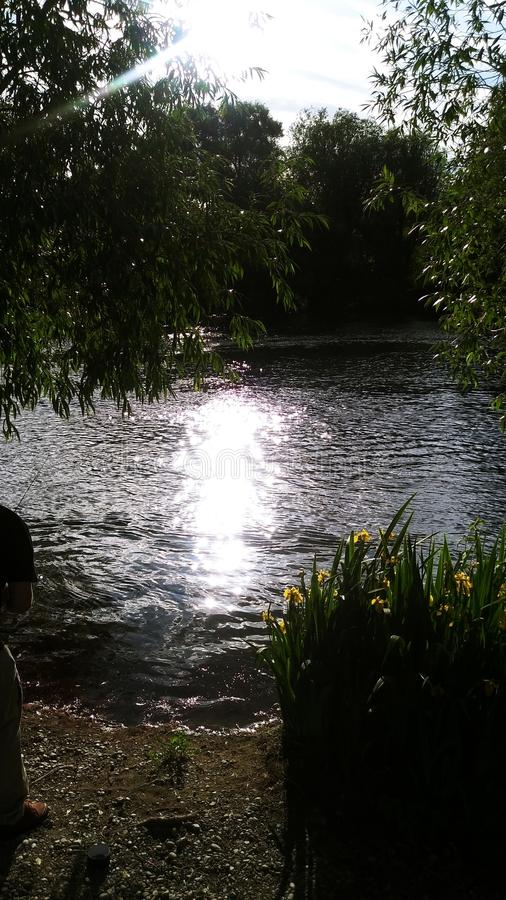 Sun que va abajo por el río imágenes de archivo libres de regalías