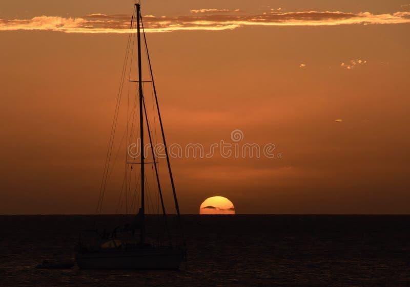 Sun que vai sobre o horizonte em Cabo Verde com barco foto de stock