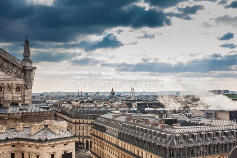 Sun rayonne au-dessus de la ville de Paris vue d'un dessus de toit dans un jour d'hiver froid image stock