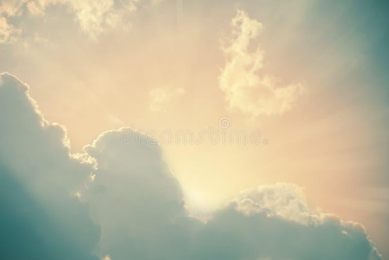 Sun rayonne briller derrière les nuages pelucheux images libres de droits