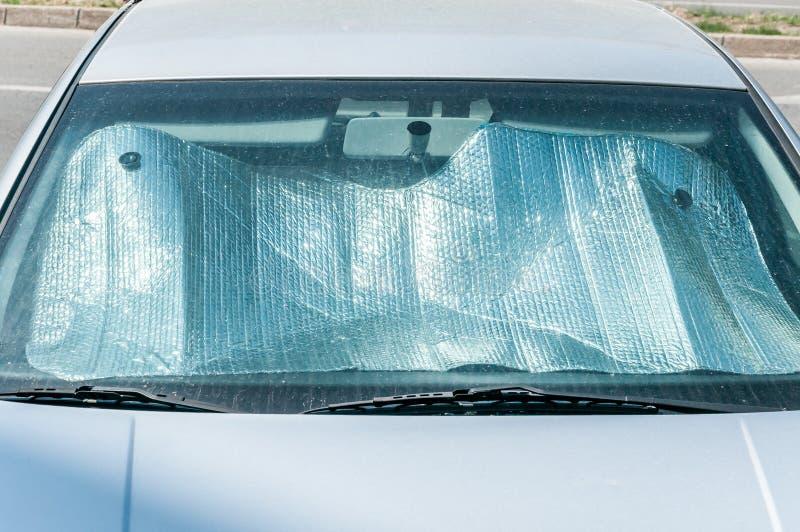 Sun-Reflektor auf dem Windfang oder der Windschutzscheibe als Schutz der Autoplastikinnenplatte vor direktem Sonnenlicht und Hitz stockfoto
