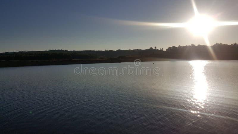 Sun regardant fixement au-dessus du barrage photo stock