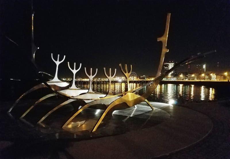 Sun-Reisende nachts: Edelstahlskulptur auf Hafenweg in Reykjavik, Island lizenzfreies stockfoto