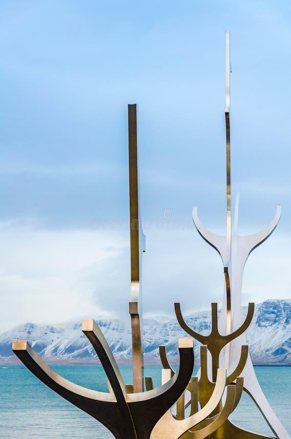 The Sun-Reisende Solfar, eine Ode zum Sun, metallische Skulptur durch Jon Gunnar Arnason 1999 auf der Wasserseeseite in Reykjavik lizenzfreies stockfoto