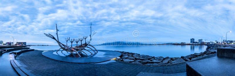 Sun-Reisende-Wikingerschiff in Island stockbilder