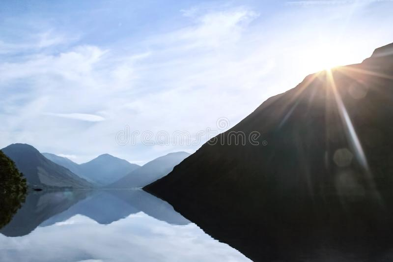 Sun Rising Over Mountains at Wastwater Lake in the Lake District fotografia stock