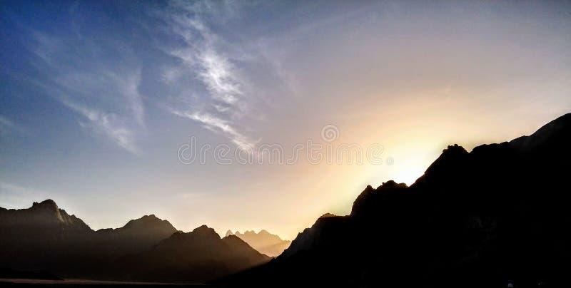 Sun-Sätze hinter dem Berg stockfotos