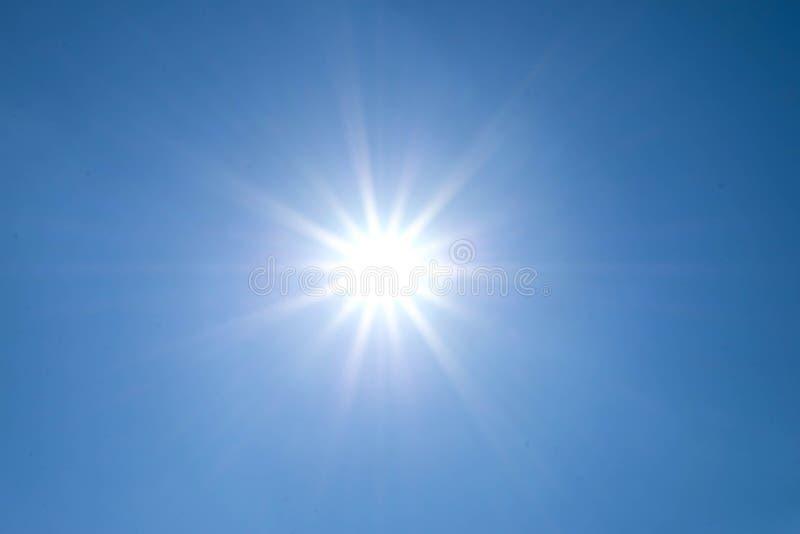 Sun scheint helles in der Tageszeit im Sommer stockfotos