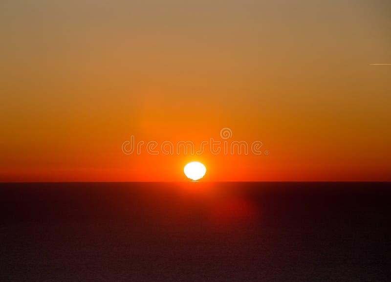Sun se lève au-dessus de la mer image stock