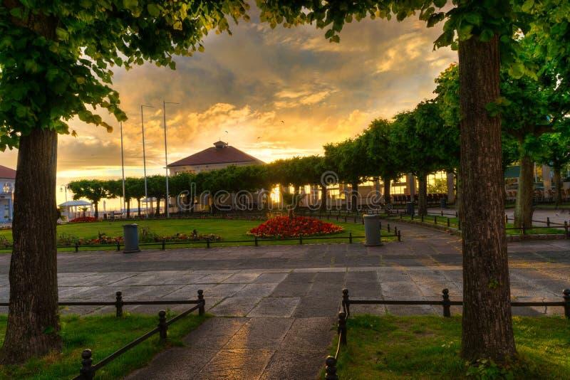 Sun se lève au-dessus de la place de STATION THERMALE dans Sopot photos stock