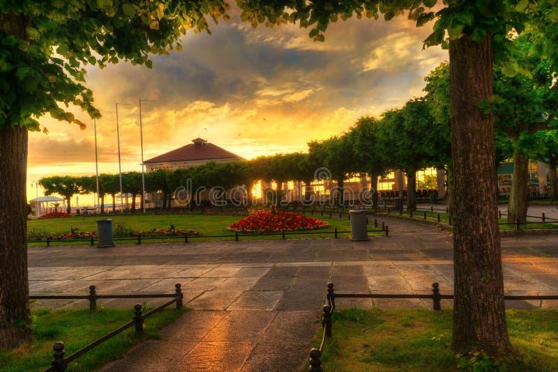 Sun se lève au-dessus de la place de STATION THERMALE dans Sopot 2 image stock