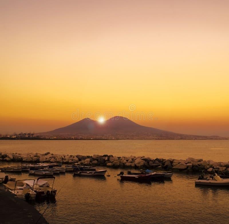Sun se levant juste au-dessus du Vésuve, Naples, Italie photographie stock libre de droits