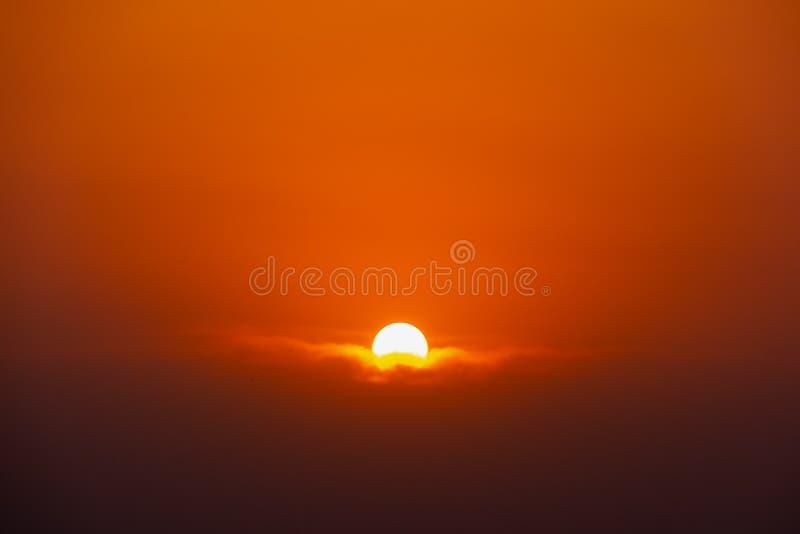 Sun se reposant sur le coucher du soleil de moment de nuage images libres de droits
