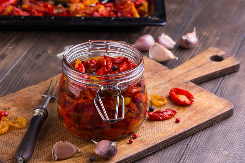 Sun secou tomates com azeite em um frasco fotos de stock