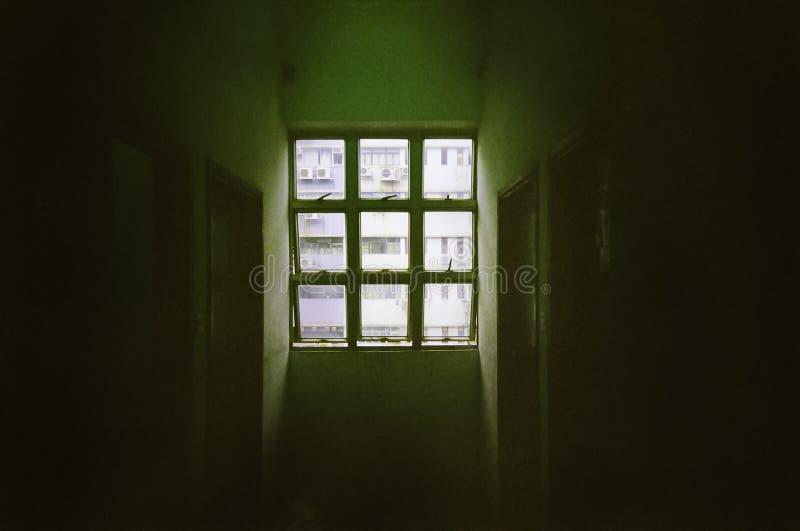 Sun Shine nella finestra a 6 riquadri nella stanza buia immagini stock libere da diritti