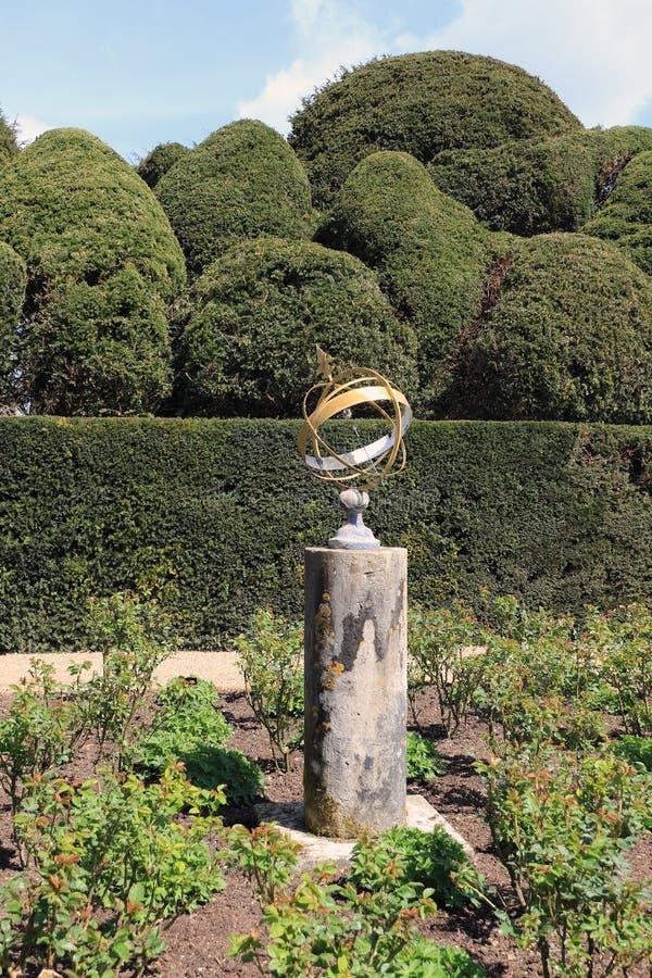 Sun-Skala und Topiaryhecke stockbilder