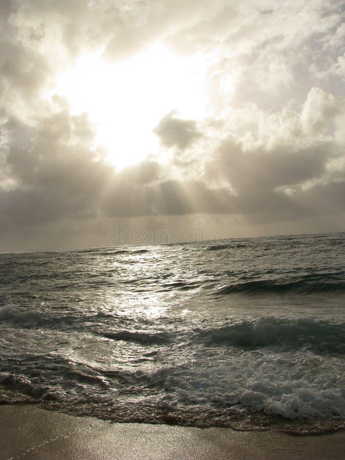 Sun sobre el océano fotos de archivo