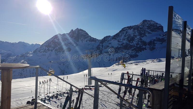 Sun sobre a montanha fotografia de stock royalty free