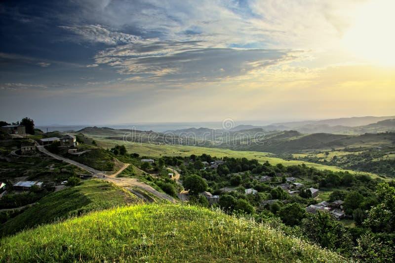 Sun sobre o campo da montanha fotografia de stock royalty free