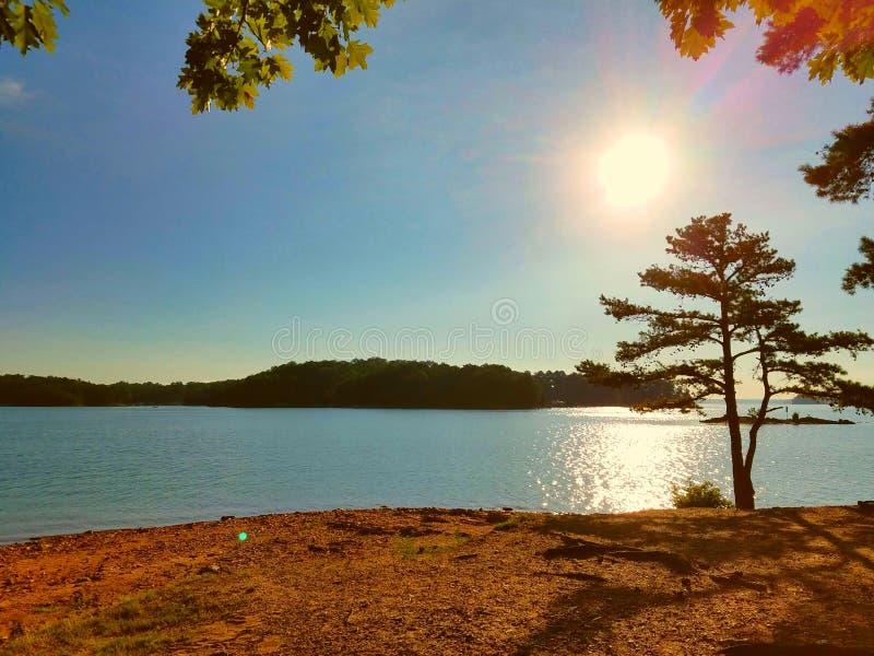 Sun sobre o lago fotos de stock