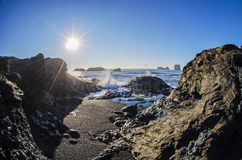 Sun sobre a praia preta Islândia fotografia de stock royalty free