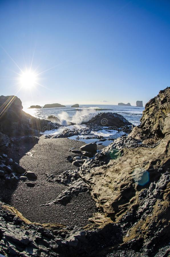 Sun sobre a praia preta Islândia imagens de stock royalty free
