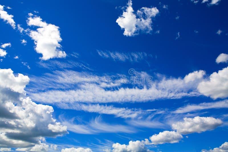 Sun som är glänsande över cloudscape arkivfoton
