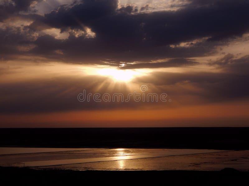Sun am Sonnenuntergang Himmlische Landschaft lizenzfreie stockfotos