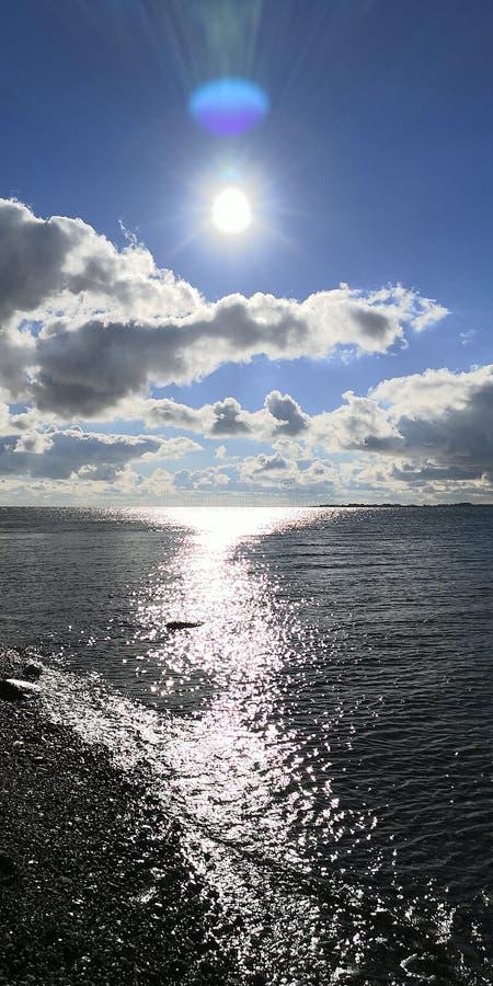Sun sopra acqua brillante immagini stock libere da diritti