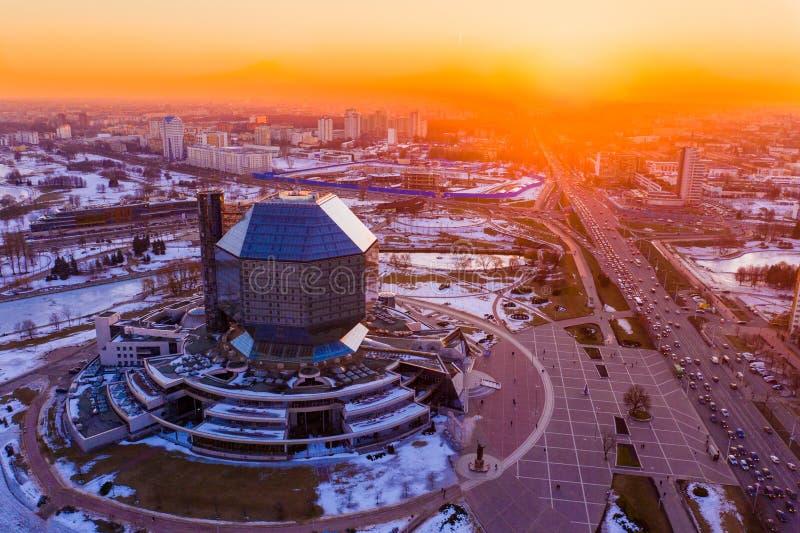Sun sopra la capitale Antenna di paesaggio urbano di Minsk Libreria nazionale del Belarus fotografia stock