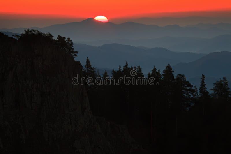 Sun sopra le montagne fotografia stock libera da diritti