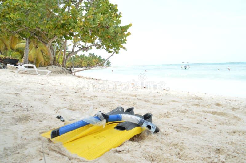 Sun-Spaß, der weißes Sandstrandaufenthaltsraum-Schwimmenspiel schnorchelt, entspannen sich lizenzfreie stockfotografie