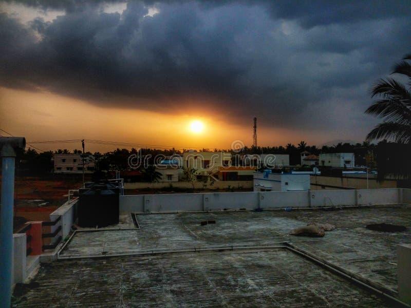 Sun stellte Abend an der Terrasse mit nature& x27 ein; s-Schönheit stockbild