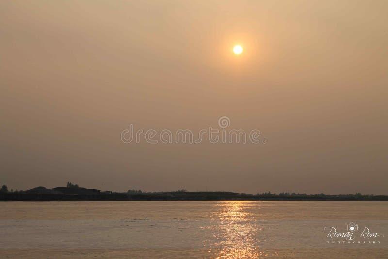 Sun stellte in Padma-Fluss ein lizenzfreies stockfoto