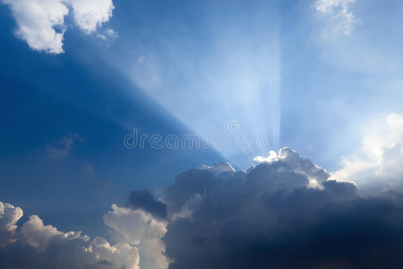 Sun-Strahlen hinter der Wolke stockfotografie