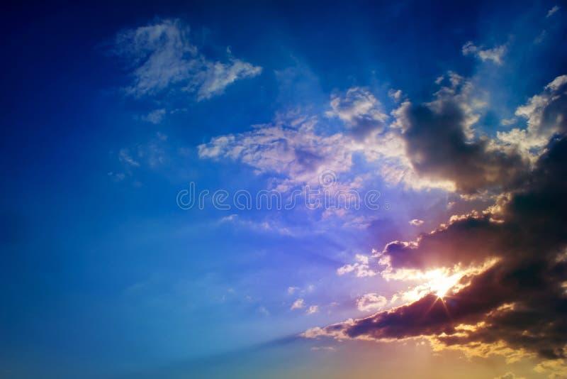 Sun-Strahlen und dunkle Wolken stockfotos