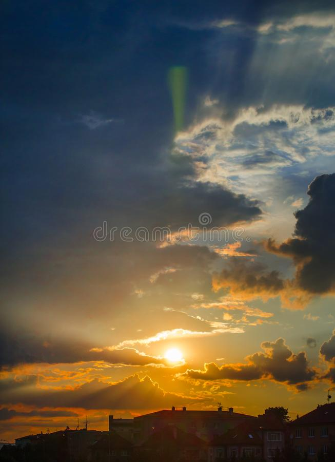 Sun-Strahlen und Sturmwolken stockfoto