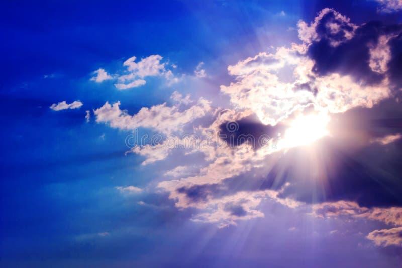 Sun-Strahlen und -wolken stockbilder