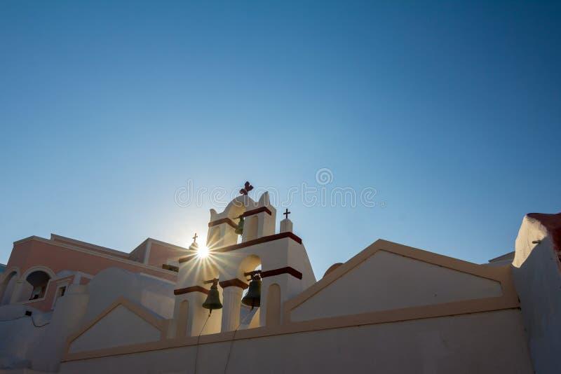 Sun strahlt Beugung an der Kirche, Santorini, Griechenland aus stockfotos