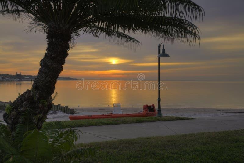 Sun sube sobre la playa de Tampa Bay imagenes de archivo